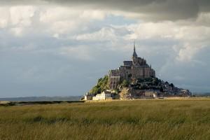 Un pueblo y un monasterio en Francia